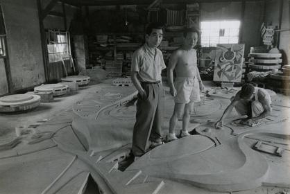『日の壁』制作中の岡本と丹下 1956年
