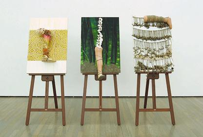 片山真理『足をはかりに』2005年(群馬県立近代美術館 群馬青年ビエンナーレ'05 出品作)、廃材・アクリル・義足・パネル(3点組)、(左)910×605×170mm、(中)1020×605×250mm、(右)1,030×620×190mm、作家蔵