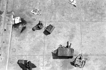 ハイレッド・センター『ドロッピング・イベント』池坊会館屋上 1964年10月10日 写真:羽永光利
