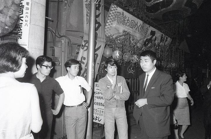 寺山修司 横尾忠則 末広亭/新宿 1967年6月 写真:羽永光利