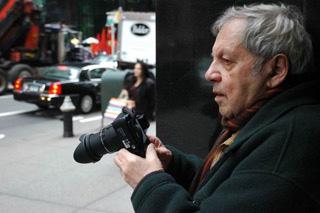 57丁目で撮影するソール・ライター 撮影:マーギット・アーブ ©Saul Leiter Estate