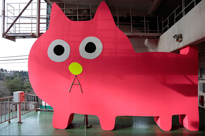 飯川雄大『デコレータークラブ-Mr.Kobayashi,The Pink Cat』2016年