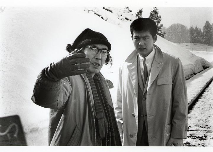 『東京流れ者』撮影スナップ(監督入り) ©日活