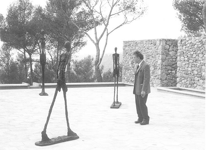 『マーグ財団美術館の中庭に立つジャコメッティ』 Archives Fondation Maeght, Saint-Paul de Vence (France)