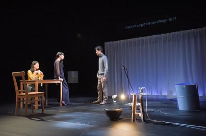 チェルフィッチュ『部屋に流れる時間の旅』公演風景 ©Misako Shimizu