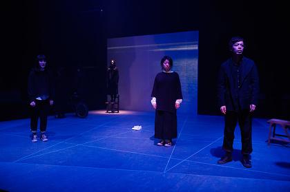 『夜、さよなら 夜が明けないまま、朝 Kと真夜中のほとりで』公演風景 ©細野晋司