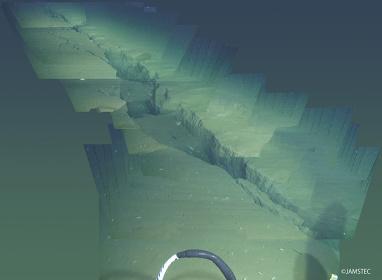 深海底で撮影された亀裂 ©JAMSTEC