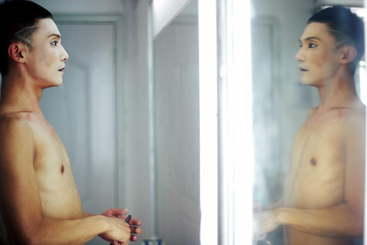 菊地智子 『鏡の前のグイメイ、重慶』 『I and I』より 2011年 インクジェット・プリント