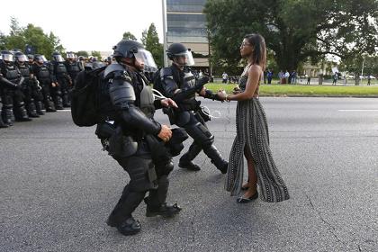 『世界報道写真コンテスト2017』現代社会の問題の部 単写真1位 ジョナサン・バックマン(アメリカ、ロイター) 2016年7月9日(ルイジアナ州バトンルージュ、アメリカ)