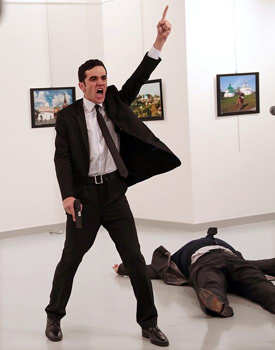 『世界報道写真大賞2017』 『世界報道写真コンテスト2017』スポットニュースの部 組写真1位 ブルハン・オズビリジ(トルコ、AP通信) 2016年12月19日(アンカラ、トルコ)