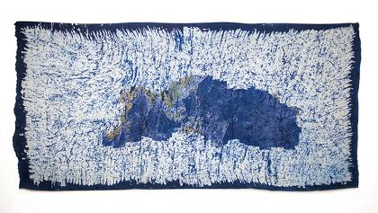 イー・イラン『うつろう世界』(『偉人』シリーズより) 2010年 ミマキデジタル・インクジェット・プリント、酸性染料、ろうけつ・藍染め、絹 140.5×298cm Courtesy: Silverlens Galleries, Makati, The Philippines