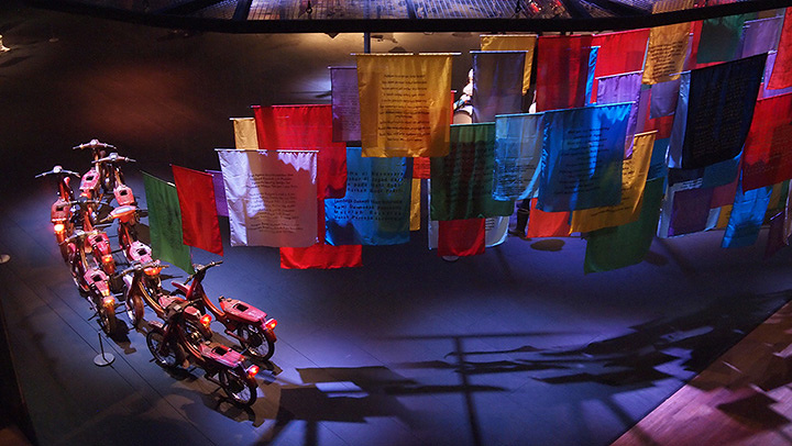 ジョンペット・クスウィダナント『言葉と動きの可能性』 2013年 原動機のないモーターバイク、旗 サイズ可変 所蔵:森美術館、東京