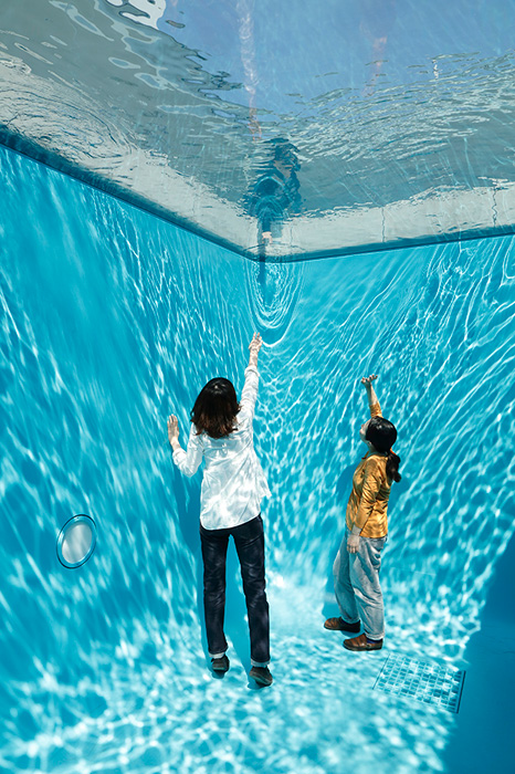 レアンドロ・エルリッヒ『スイミング・プール』2004年 コンクリート、ガラス、水 280×402×697cm 所蔵:金沢21世紀美術館 撮影:木奥惠三 画像提供:金沢21世紀美術館 ※参考図版