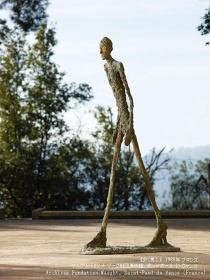 アルベルト・ジャコメッティ『歩く男I』 1960年 ブロンズ マルグリット&エメ・マーグ財団美術館、サン=ポール・ド・ヴァンス Archives Fondation Maeght, Saint-Paul de Vence (France)
