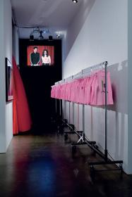 マイク・ケリー『聖母マリアコンテスト 課外活動 再構成 #22』 2004-2005年 Photo: Fredrik Nilsen Art © Mike Kelley Foundation for the Arts. All rights reserved/Licensed by VAGA, New York, NY