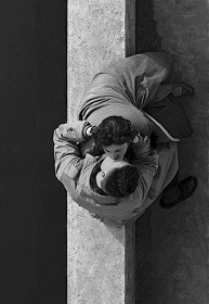 Quai du Louvre, couple,1955, Paris, France ©Frank Horvat
