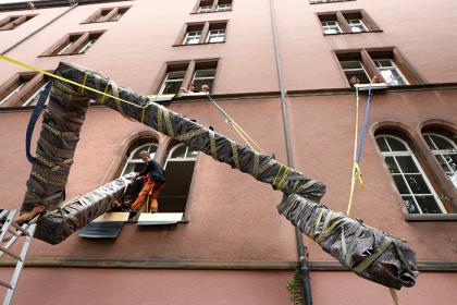 危口統之と悪魔のしるし 《搬入プロジェクト #9 バーゼル/スイス(テアターフェスティバル・バーゼル)》 2012 年 / Noriyuki Kiguchi and AKUMANOSHIRUSHI CARRY IN PROJECT #9 Basel/ Switzerland (Theater Festival Basel) 2012 photo: Simon Baur