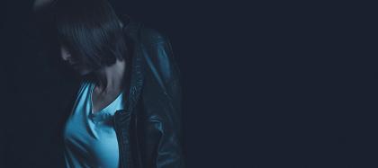 雪平夏見役の篠田麻里子 『~刑事・雪平夏見シリーズ~ 舞台「アンフェアな月」』ティザービジュアル