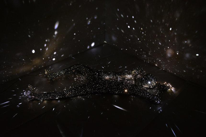大垣美穂子『Milky Way - Breath06』2018年 FRP、LED、Woods、Dimmer 203 x 80 x 20 cm Edition 1/5 Courtesy of KEN NAKAHASHI