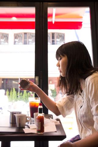 『TPAM2016』 チェルフィッチュ『あなたが彼女にしてあげられることは何もない』 ©おおいたトイレンナーレ実行委員会 Photo: Yasunori Takeuchi