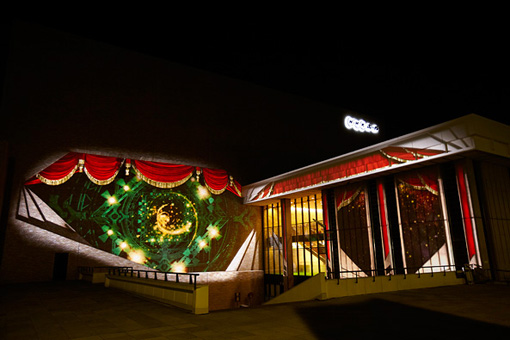 NHKホール外壁からショーの幕開けへ誘う『紅白』のオープニング演出