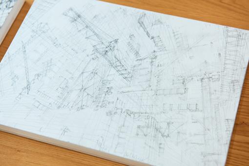 下書きは頭のなかで組み立てたイメージをもとに鉛筆・シャープペンで行なう