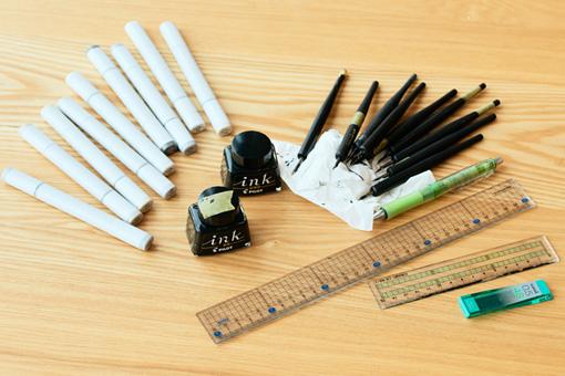 絵を描くときに使用している道具。コピックで黒の階調を塗り分け、摩耗率の異なる丸ペンで線の太さを描き分ける。シャープ芯はきまって4Bとのこと