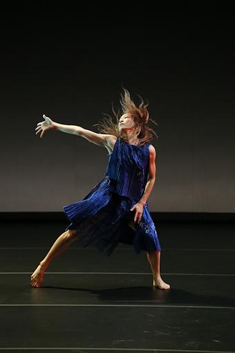 山田うんソロダンス『ディクテ』(2013年、世田谷パブリックシアター)©Yoichi Tsukada