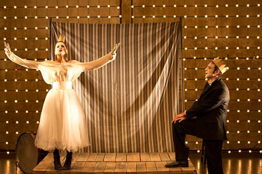 『オリヴィエ・ピィのグリム童話「少女と悪魔と風車小屋」』 © Christophe Raynaud de Lage / Festival d'Avignon