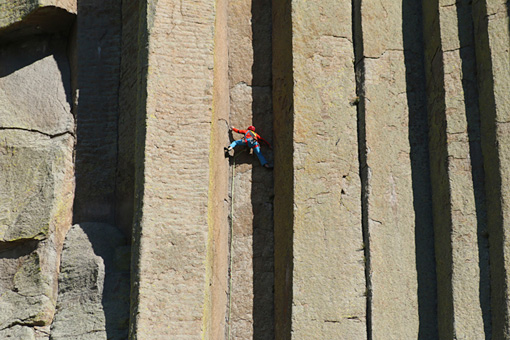 デビルスタワー Conrad Anker scales the columns of Devils Tower National Monument in Wyoming.Courtesy of MacGillivray Freeman Films.Photographer:BarbaraMacGillivray©VisitTheUSA.com