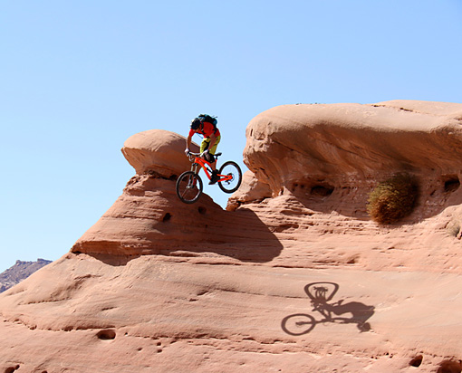 モアブの国立公園 Mountain biker Eric Porter jumps over a mushroom boulder in Moab,Utah.Courtesy of MacGillivray Freeman Films.Photographer:Barbara MacGillivray©VisitTheUSA.com