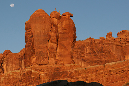 アーチーズ国立公園 Three Penguins in Arches National Park, Courtesy of MacGillivray Freeman Films. Photographer: Barbara MacGillivray ©VisitTheUSA.com