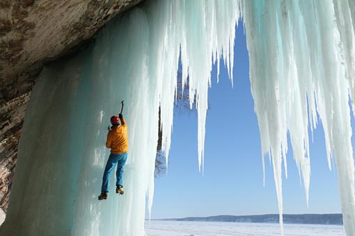 レイクショア・パーク Conrad Anker climbs frozen waterfalls in Pictured Rocks National Lakeshore in Michigan.Courtesy of MacGillivray Freeman Films.Photographer:Barbara MacGillivray©VisitTheUSA.com