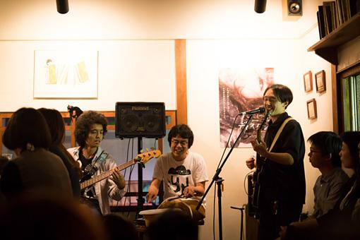 rojiで行なわれた今作の記念イベントの様子。ceroの楽曲が披露された 撮影:廣田達也