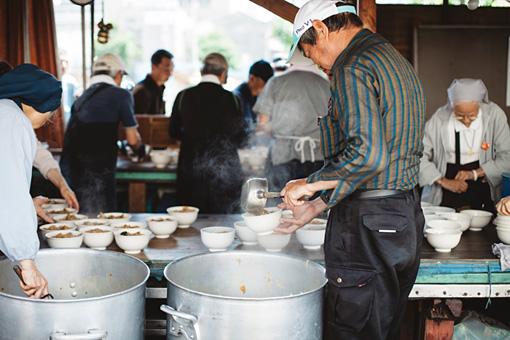この日のメニューは、味噌味の豚汁をご飯にかけた「ぶっかけ飯」