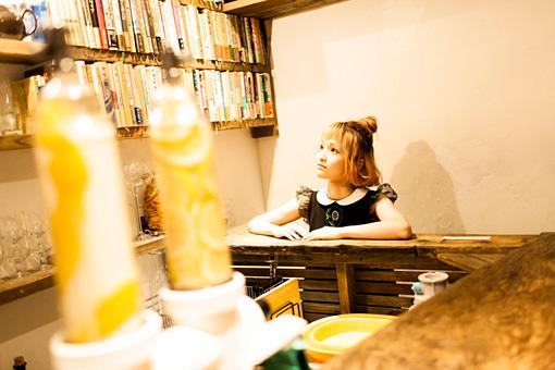 カウンターの奥の本棚に、田中小実昌に寄贈された本が並んでいる