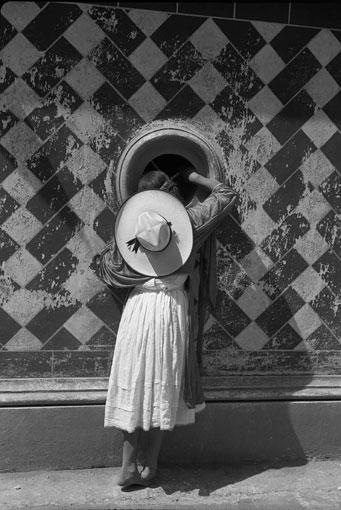 『見えるもの / 見えないもの』のセクションに展示されている『舞踏家たちの娘』(1933年 マヌエル・アルバレス・ブラボ・アーカイヴ蔵 ©Colette Urbajtel / Archivo Manuel Álvarez Bravo, S.C.)