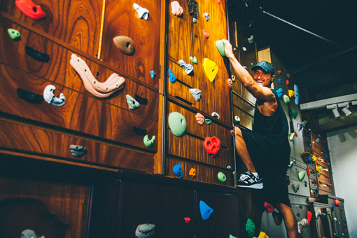 『受験の壁』2016年 再制作 / 展覧会の入口がタンスでできたボルダリングの壁になっている