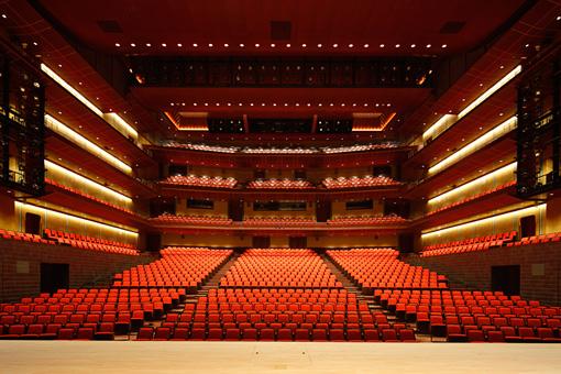 会場となるロームシアター京都メインホール。ここに西陣織を用いた舞台美術が施される(撮影:小川重雄)