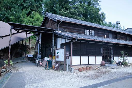 瀬戸本業窯のギャラリー。左に見えるのが昭和54年まで使用されていた登り窯