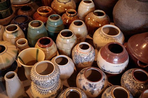 瀬戸本業窯で作られた水瓶など