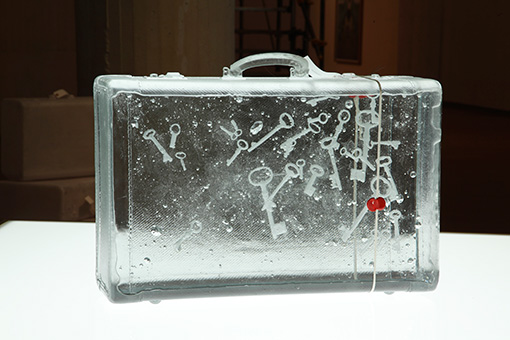 『suitcase -key-』2013 ナフタリン、樹脂、封蝋、ミクストメディア 写真:木奥恵三 ©MIYANAGA Aiko Courtesy Nissan Art Award and Mizuma Art Gallery