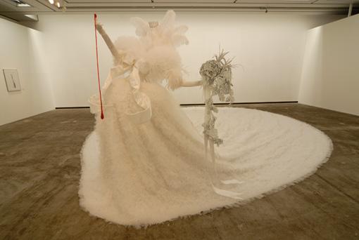 ピュ~ぴる《純白》2007年、ミクストメディア(布、毛髪、針金など)、約200×500×500cm、横浜美術館寄託 photo: masatoshi sakamoto