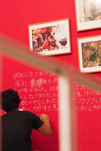 石川竜一《グッピー》2011-2016 年 会場での制作風景 photo:Yuri Manabe