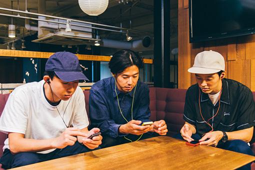(左から)橋本、荒内、高城。「ウォークマン®A30シリーズ」を使って、全員で同時に同じ曲を聴いている