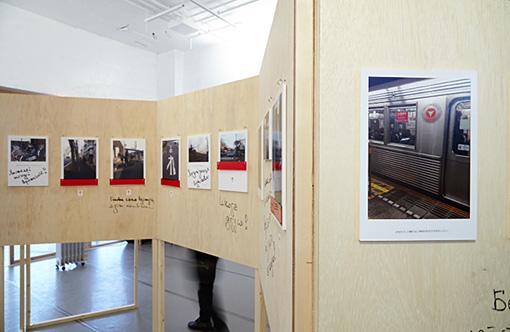 東京近郊の新興住宅地のワンルームで暮らしている外国人女性の日常を写した写真と「つぶやき」と、子どものころから暮らした自分の国を思いだす「音」をあわせた展示 / 上本竜平+カタノヴァ・カテリナ『私の〈アイ〉ランド』(2014年)