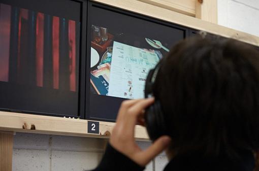 身近な海外出身の方から空耳を集めた作品。「母国語と似ている発音で意味の異なる、あるいは発音も意味も似ている日本語」にまつわるエピソードを映像化している / 岡野勇仁+佐藤友梨+宮本一行『スカイ・イアー』(2014年)