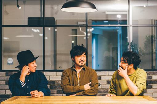 中央:坂部三樹郎、右:佐藤隆一
