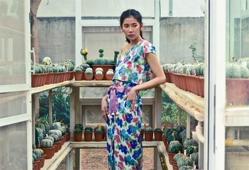 夏服に特化したタイのブランド「QOYA」。趣ある民族的な装飾に活気ある雰囲気を組み合わせている