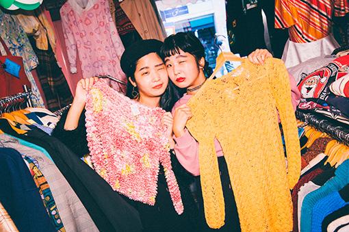 クールな色気を持つカナ(左)と、台湾人がかわいいと言うマナ(右)がそれぞれ選んだ、店内で一番好みの服
